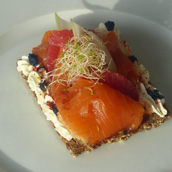 tarte-fine-saumon-fumé-agrumes-roses-wasabi